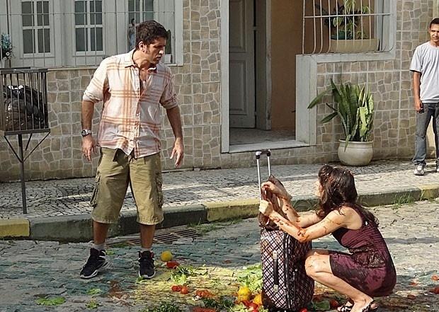 """16.abr.2013 - Em """"Guerra dos Sexos"""", Carolina volta à vila após casamento ser cancelado e é agredida com tomates e ovos"""