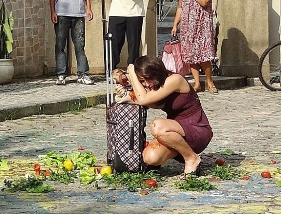 """16.abr.2013 - Em """"Guerra dos Sexos"""", Carolina volta à vila após casamento ser cancelado e é recebida com tomates e ovos"""