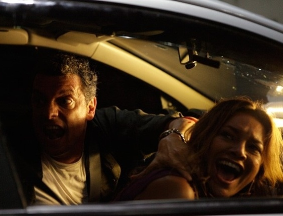 """16.abr.2013 - Em """"Salve Jorge"""", máfia atira em carro que leva Morena e traficada foge com a filha"""