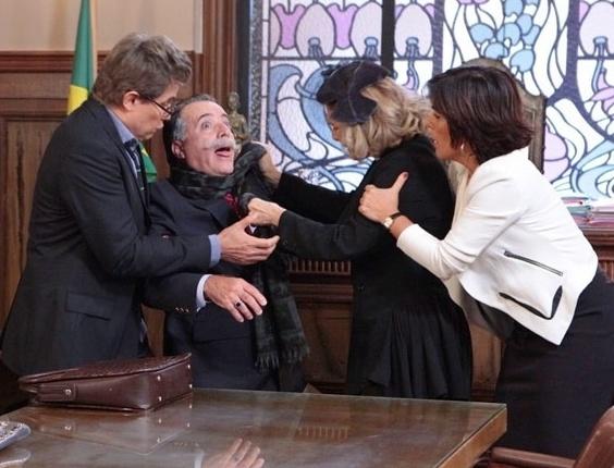 """17.abr.2013 - Em """"Guerra dos Sexos"""", Charlô e Otávio brigam no tribunal e empresária esgana rival"""