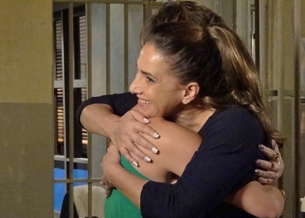 """Em """"Salve Jorge"""", Aisha busca Wanda na prisão e a bandida finge ser sua mãe"""