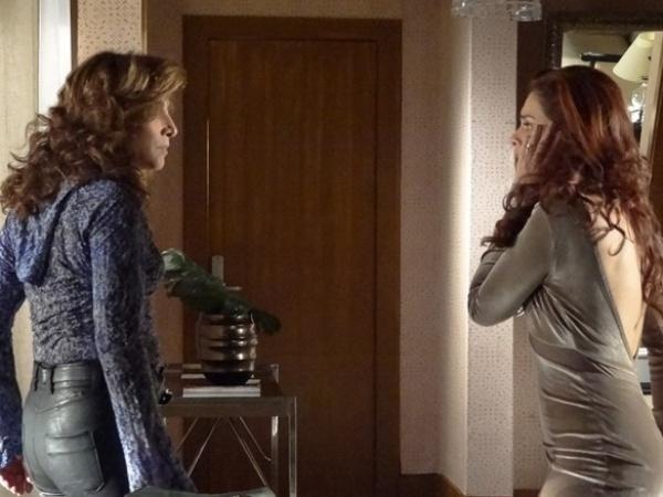 19.abr.2013 - Wanda (Totia Meirelles) dá um tapa na cara de Rosângela (Paloma Bernardi) após descobrir que a modelo não a ajudou na delegacia e ainda fez uma visita inesperada a chefona Lívia Marini (Claudia Raia).