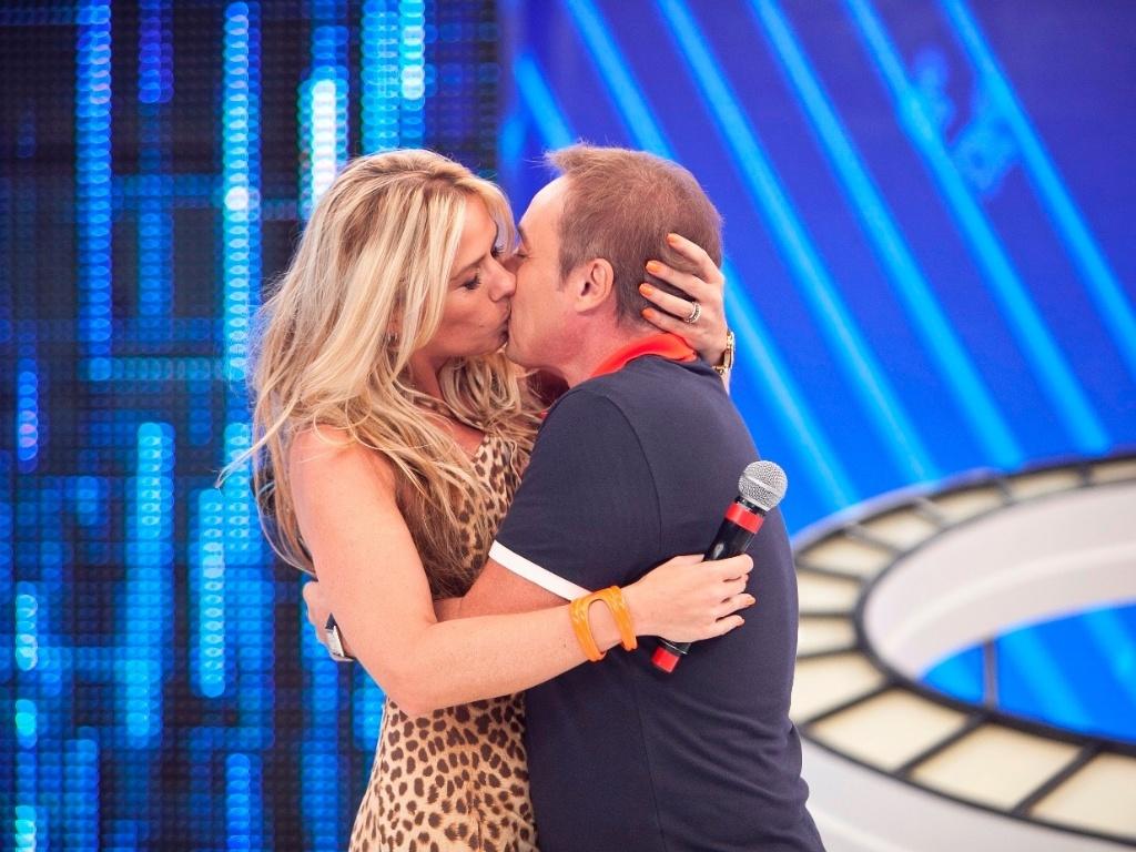 Adriane Galisteu dá beijo técnico no apresentador Gugu