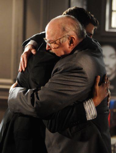 Gonçalo se emociona ao abraçar Halley como neto
