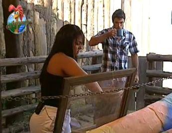 Andressa separa a ração para dar aos avestruzes (5/11/10)