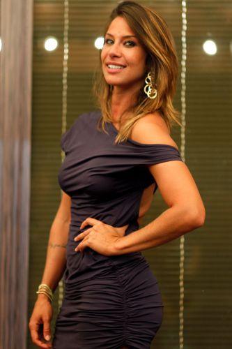 Lizzi Benites estava com vestido roxo, botas de estilo country e brincos dourados (22/12/10)