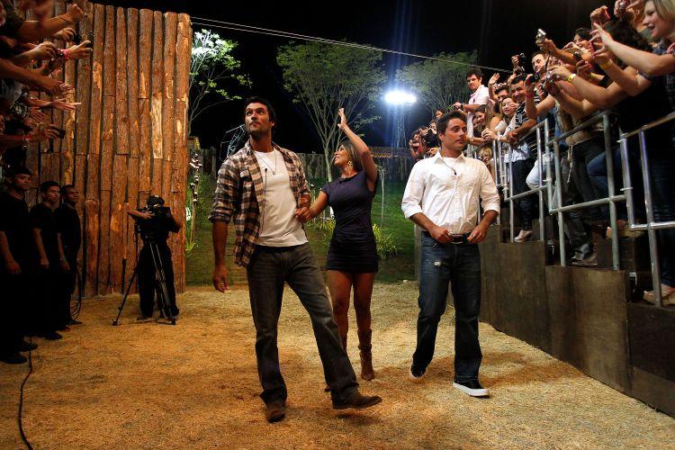 Público aproveita para fotografar os finalistas Daniel Bueno, Lizzi Benites e Sergio Abreu na final de