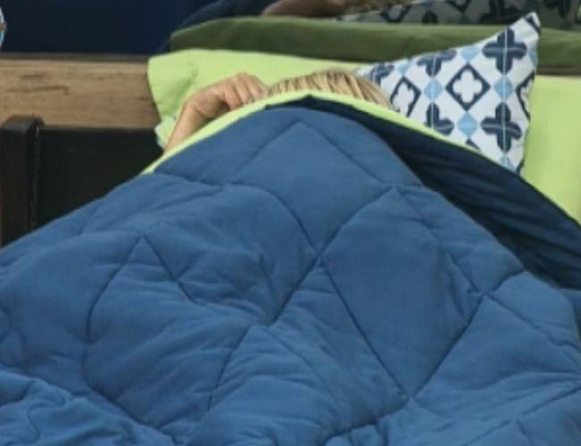 Monique Evans cobre o rosto para conseguir dormir mesmo com a claridade do quarto (01/10/11)