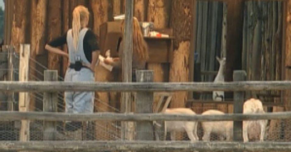 Raquel explica cuidados com as cabras para Monique (02/10/11)