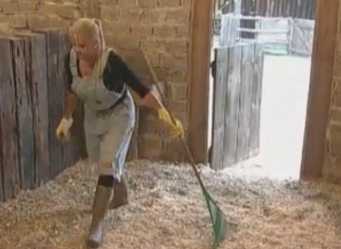 Monique limpa o estábulo dos cavalos (02/10/11)