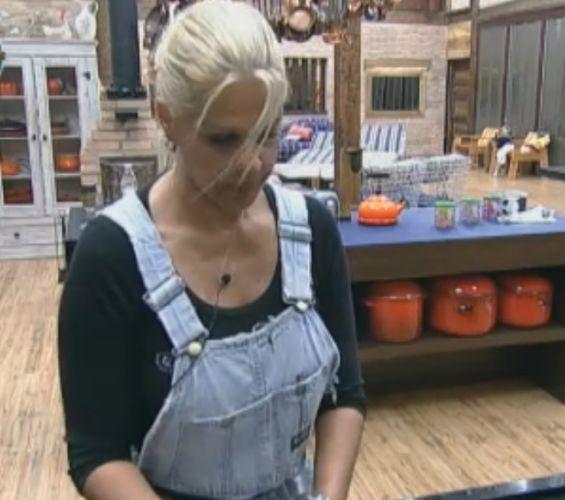 Monique Evans reclama da falta de sorte nas provas valendo carro (02/10/11)
