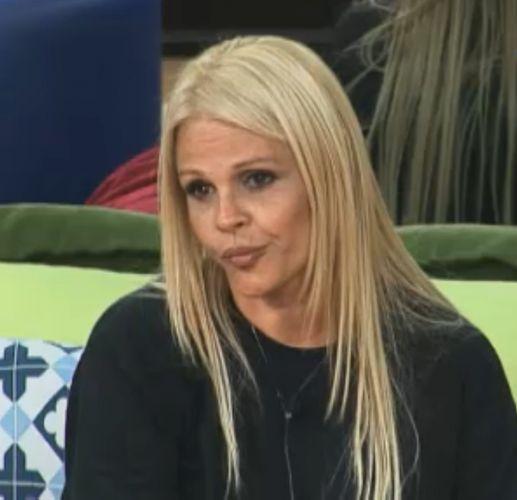 Irritada, Monique diz que Valesca está sendo influenciada por Joana e Marlon (02/10/11)