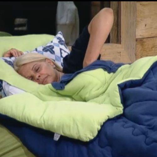 Monique Evans abandona discussão e vai dormir (02/10/11)