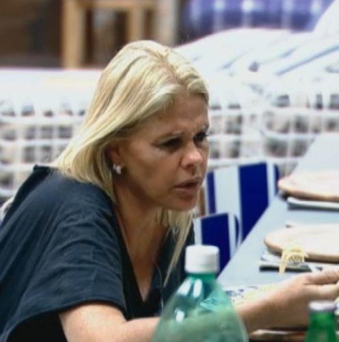 Monique Evans tenta almoçar, mas perde a fome (03/09/11)