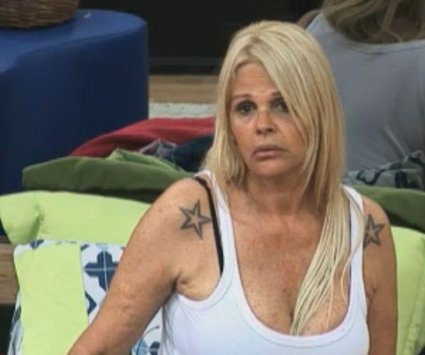 Monique Evans reclama que vai ter que usar biquíni (03/10/11)