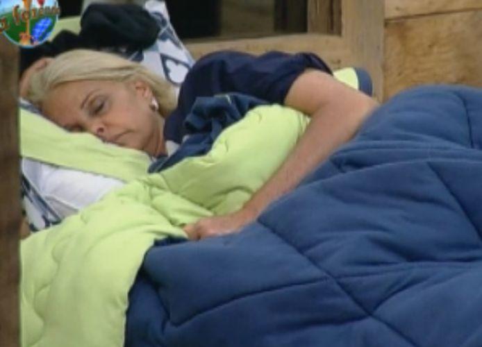 Monique Evans dorme durante a tarde(03/10/2011)