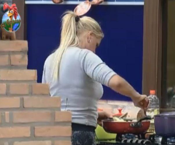 Monique prepara farofa para o almoço (04/9/11)