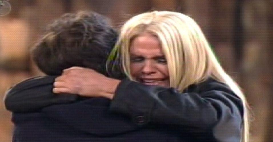 Monique se emociona e abraça Marlon após anúncio do resultado (04/10/11)