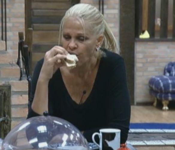 Monique toma café da manhã rapidamente para voltar para as tarefas da manhã (04/10/11)