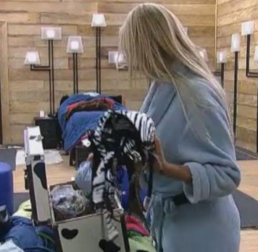 Monique desfaz as malas após voltar da roça (04/10/11)