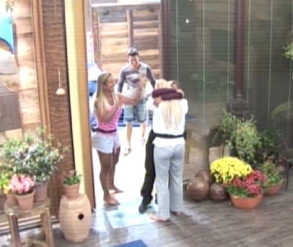 Monique e Valesca comemoram vitória de Raquel (06/09/11)