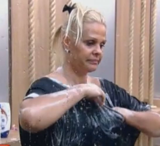 Monique se ensaboa durante o banho (06/10/11)