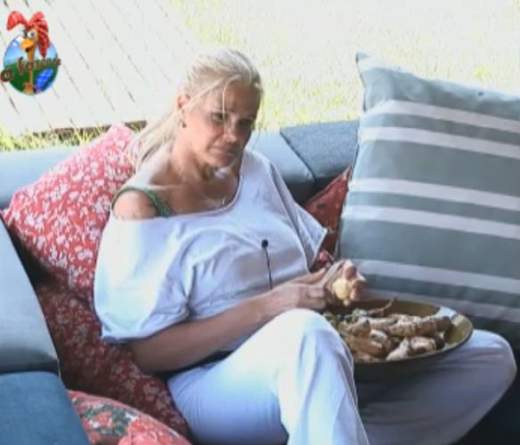 Monique descasca mandioquinha para o almoço (07/9/11)