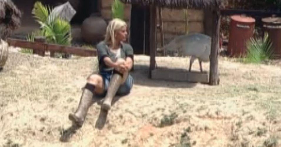 Monique Evans conversa com o peru da Fazenda (08/10/11)