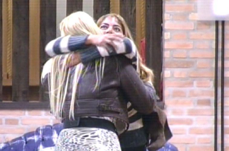 Monique abraça Raquel ao chegar na sede(09/10/11)