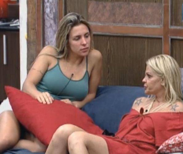 Mas antes de tomar banho, Monique arranjou tempo para fofocar com Joana Machado e falar mal de Gui Pádua (10/09/2011)