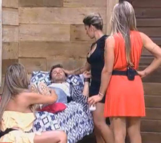 Dani, Joana e Renata paparicam Marlon (10/10/11)