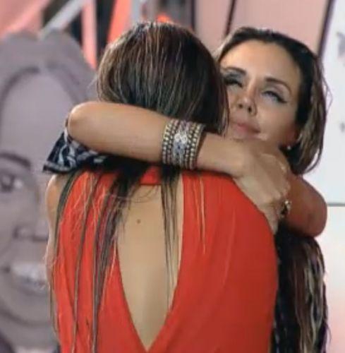 Renata abraça Joana (10/10/11)