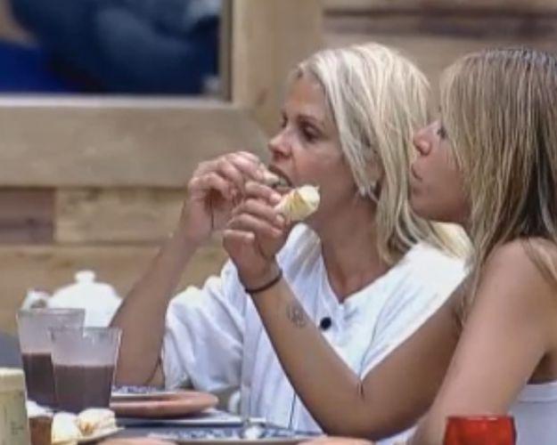 Monique e Raquel comem o lanche da tarde(10/10/11)