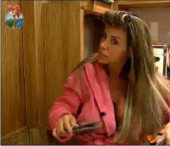 Renata Banhara faz chapinha antes da festa (22/7/11)