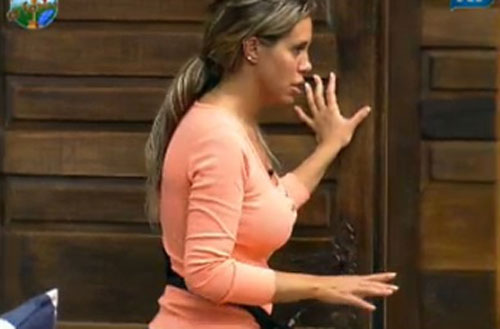 Renata Banhara levanta da cama para ver se Raquel Pacheco está melhor depois da bebedeira (22/07/11)