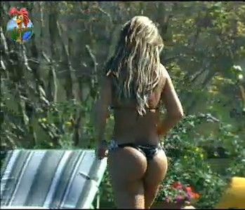 Renata Banhara sai da piscina e vai tomar sol nas espreguiçadeiras (24/7/11)