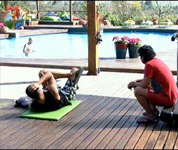 João Kléber conversa com Fançois Teles enquanto o modelo faz exercícios na academia (25/7/11)