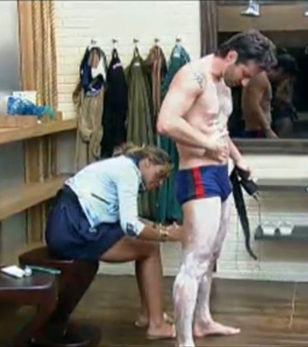Renata Banhara ajuda Marlon a se depilar (25/7/2011)