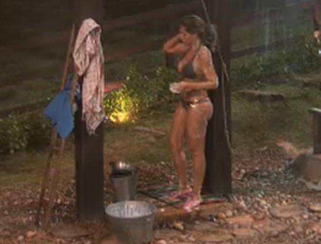 Renata Banhara toma banho do lado de fora da Casa da Roça (27/7/11)