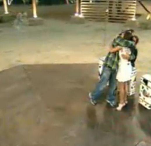 Gui Pádua recebe abraço de Taciane e Renata (28/7/11)