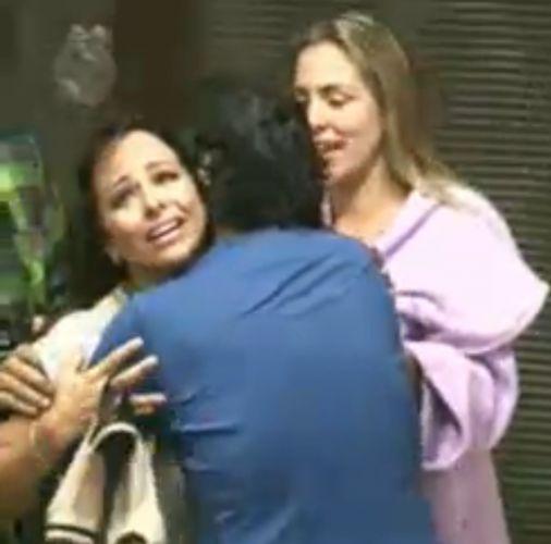 Taciane recebe abraço de João Kléber (28/7/11)