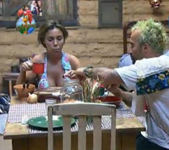 Renata e Gui conversam enquanto preparam o almoço na Roça (28/7/11)