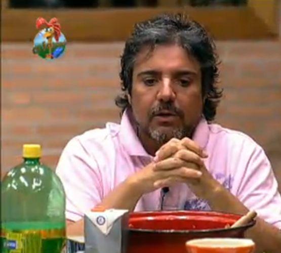 João Kléber conta para os peões como ganhou a prova do Fazendeiro (28/7/11)