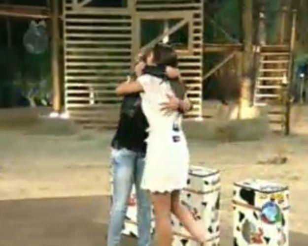 Taciane e Renata se abraçam (28/7/11)