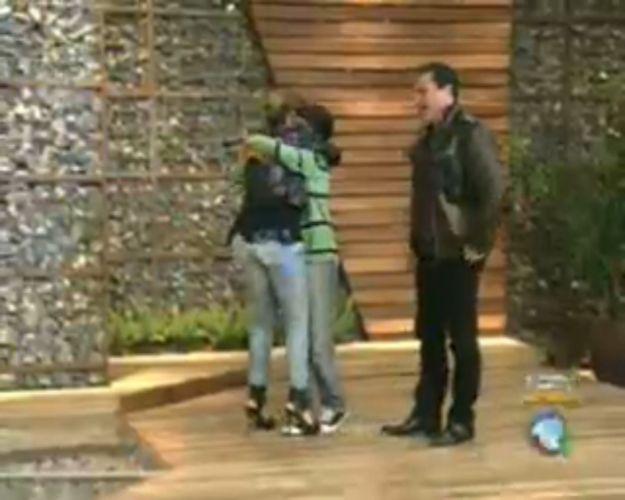 Renata Banhara é abraçada pela família (28/7/11)