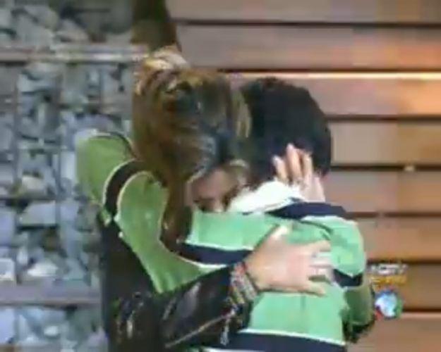 Renata Banhara abraça o filho (28/7/11)