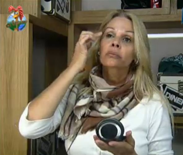 Monique Evans tenta esconder as olheiras com bastante maquiagem (29/7/11)