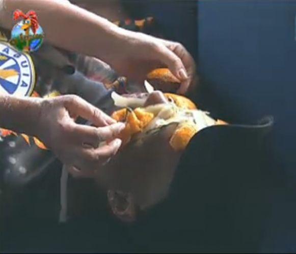 Monique faz tratamento de beleza com casca de laranja na pele de Dinei (29/7/11)