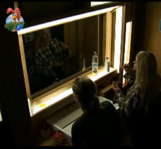 Anna Markun e Monique Evans não saem do quarto sem maquiagem (31/7/11)