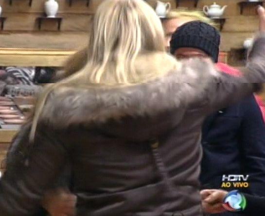 Peões abraçam Monique Evans (04/8/2011)